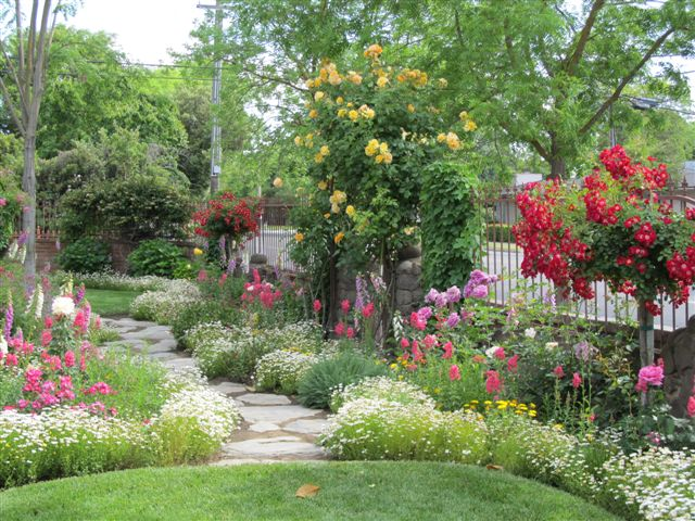 Chateau de fleurs cindy browns amazing storybook cottage for Jardines italianos