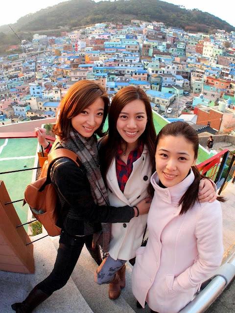 Fancy(左起)、Zhiny和Erica去到充满特色的甘川文化村留下美丽倩影