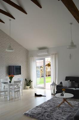 salon styl skandynawski, biały salon, pokój dzienny