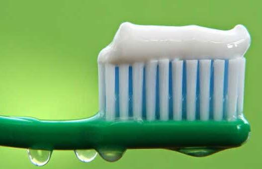 cara memilih pasta gigi pemutih gigi dengan flouride sikat gigi