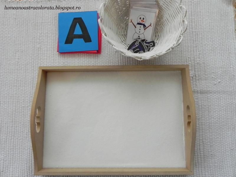 Tavita cu sare şi litere din şmirghel, activitate Montessori