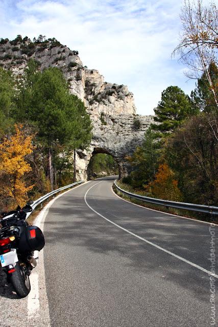 Túnel en la roca por Hoces de Beteta
