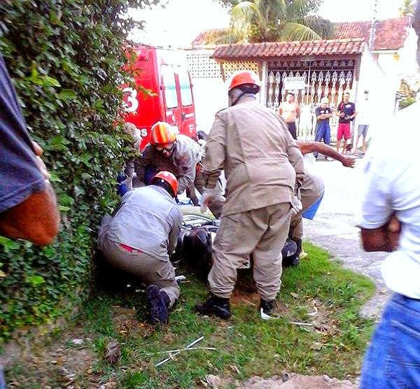 em Cabo Frio acidente entre ônibus e moto resulta na morte de uma mulher