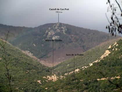 Vistes cap a la vall de la riera de Gualba, el Castell de Can Prat i el Suro de la Pedra