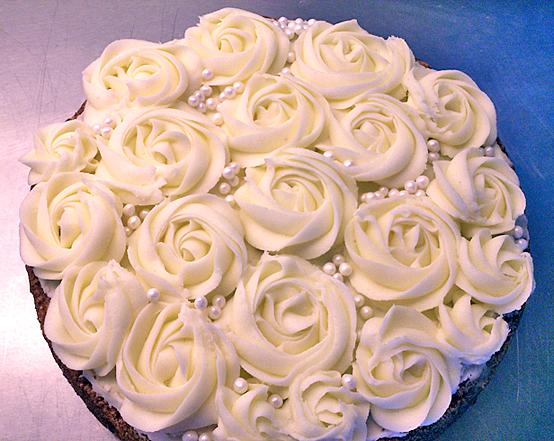 dekorera tårta med rosor