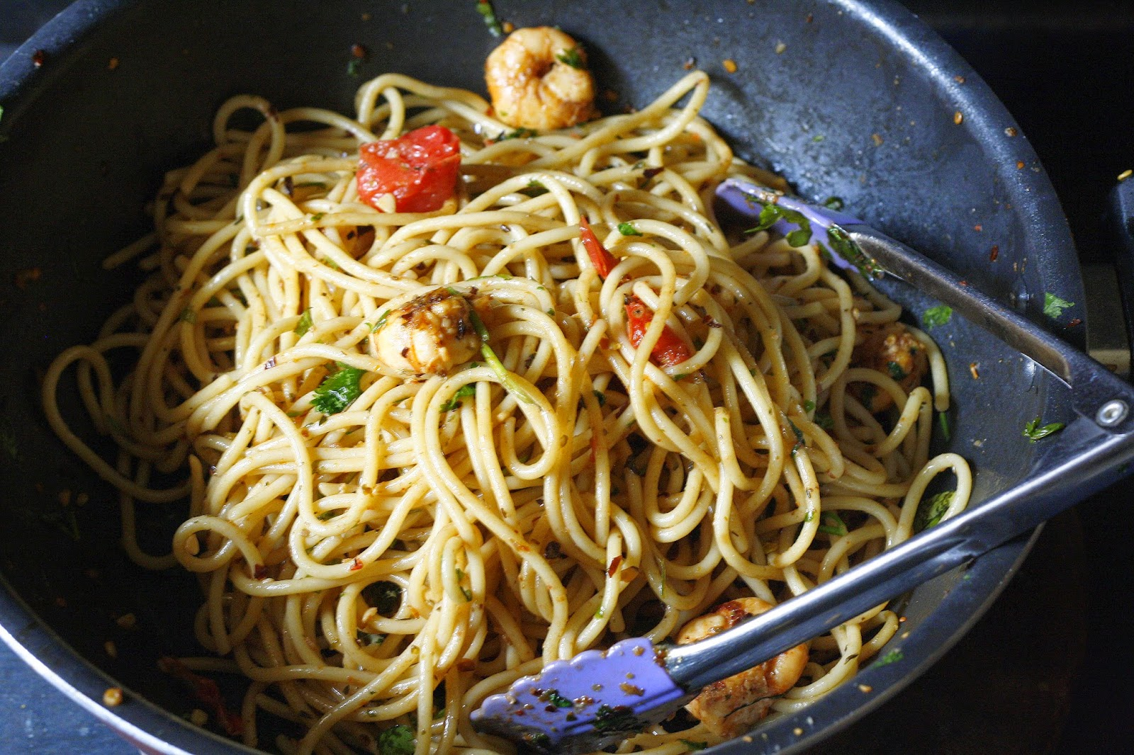 easy 20 min dinner ready, pasta or spaghetti made with garlic, olive oil and shrimps