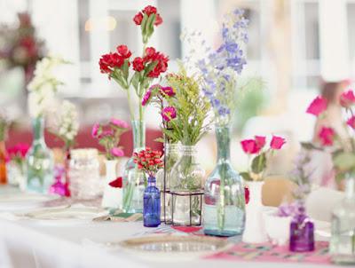 6 Garrafas com flores para a decoração