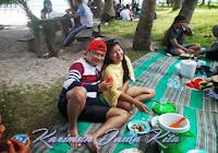 foto berdua setelah makan di pulau tengah