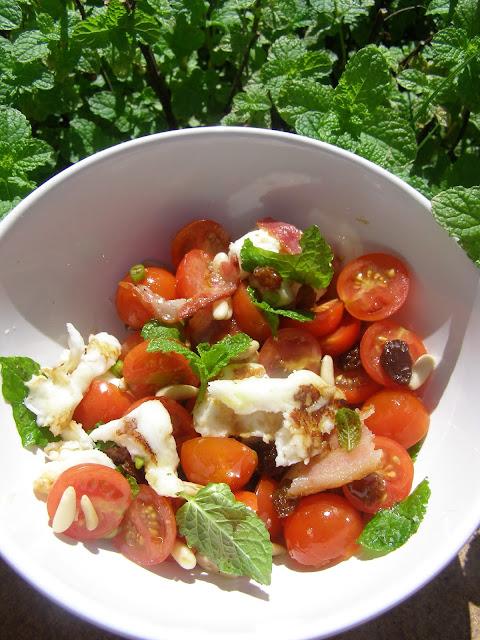 Besos de canela y menta delicia de tomate cherry y queso halloumi - Tomates cherry en maceta ...