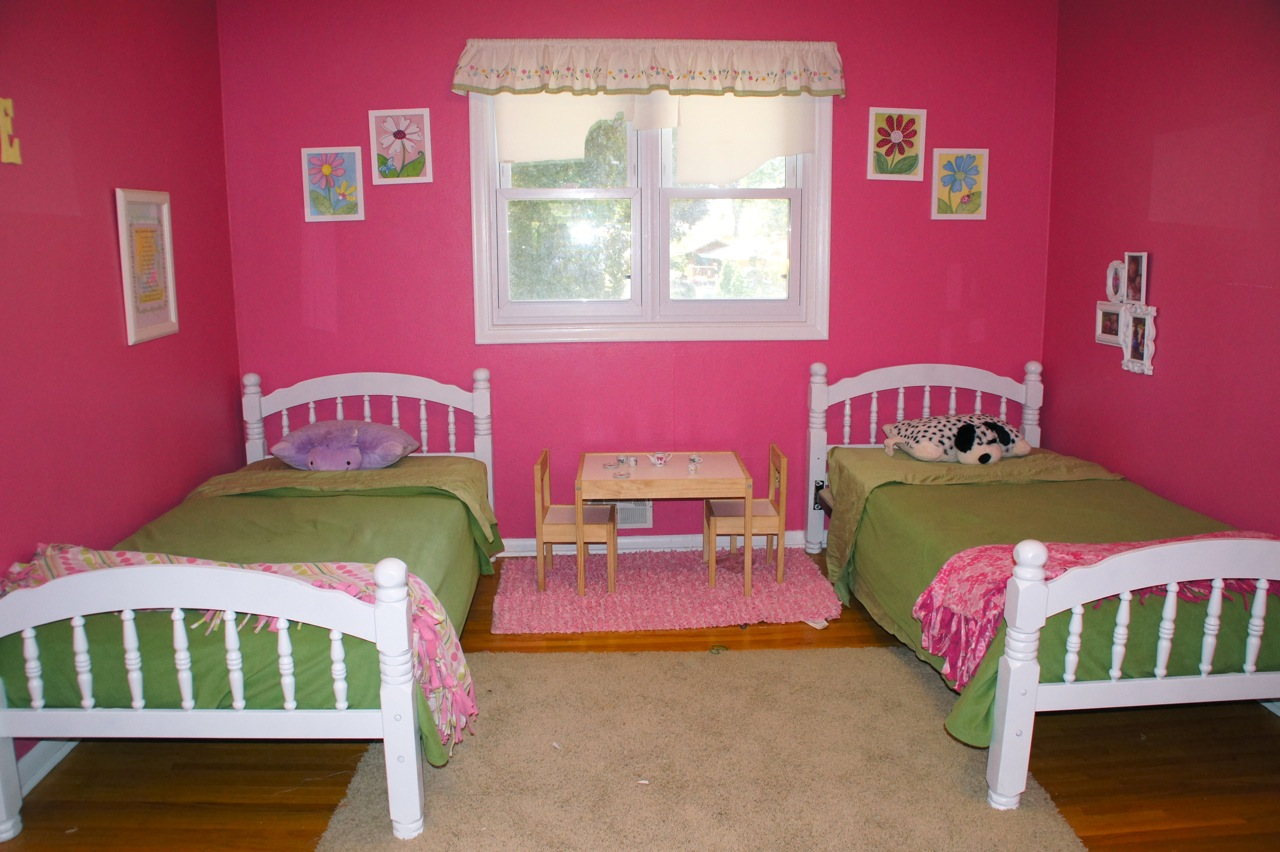 Girls 39 shared bedroom flower theme the kid friendly home for Girl small bedroom ideas