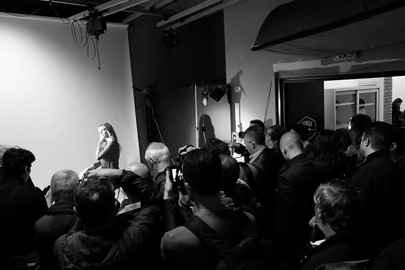 La modella Silvia Sera in sala posa