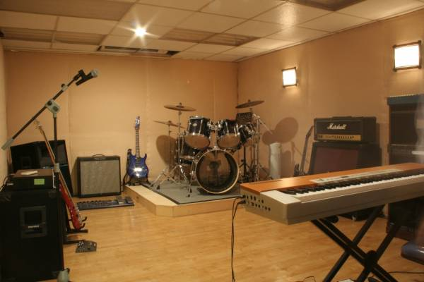 kita sering menjumpai rental studio musik atau studio rekaman yang ...
