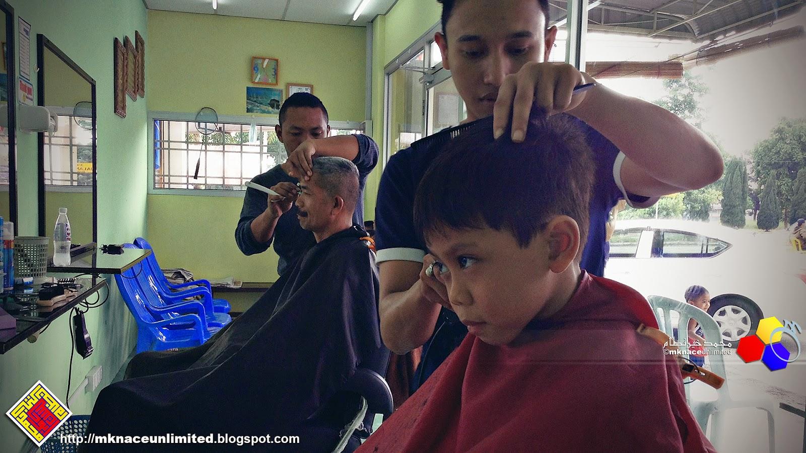 Yok bergunting di Aza Green Nusantara. Dengan Ziqri tadi. Gunting rambut.  Ziqri leh tahan berani dah gunting di kedai. Hehehehe. 62d29f99ad