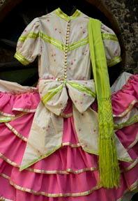 Patricia Dealba hizo su primer vestido de adelita hace 20 años para su niña. Por puro gusto, hizo uno igualito, pero en chiquitito, a las amazonas de su asociacion de charros. Desde su casa, poco a poco, esta actividad llegó a convertirse en un negocio de tiempo completo.