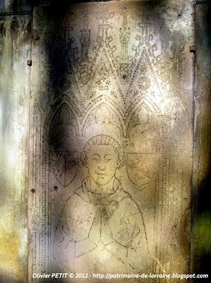 VEZELISE (54) - L'église Saint-Côme et  Saint-Damien (Intérieur) - dalle funéraire