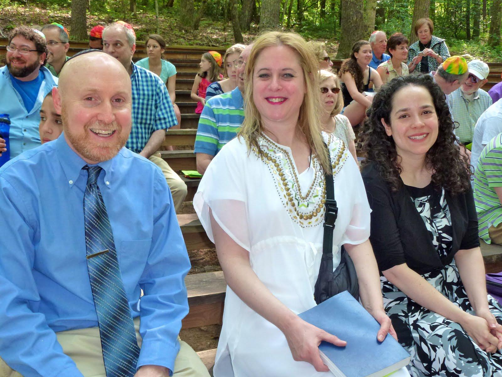 http://1.bp.blogspot.com/-zaasTlmaYTs/Te_ThwfKWUI/AAAAAAAAAGk/NjdYGdu5MIA/s1600/MaxBarMitzvah+Lisa+Philip+Hannah.jpg