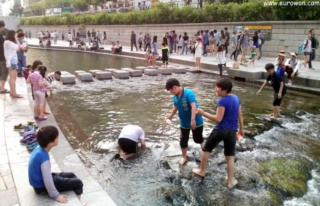 Niños coreanos jugando en el arroyo Cheonggyecheon de Seúl