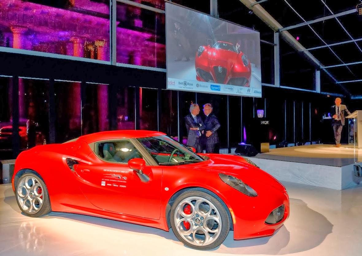 """O bólido Alfa Romeo 4C exposto durante premiação da revista alemã """"Auto, Motor und Sport""""."""