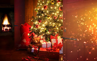 Free Download Christmas Tree & Presents Wallpaper