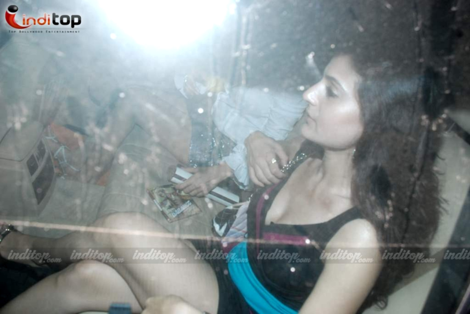Amisha patel hot legs - (4) -  Amisha Patel caught inside car!!!