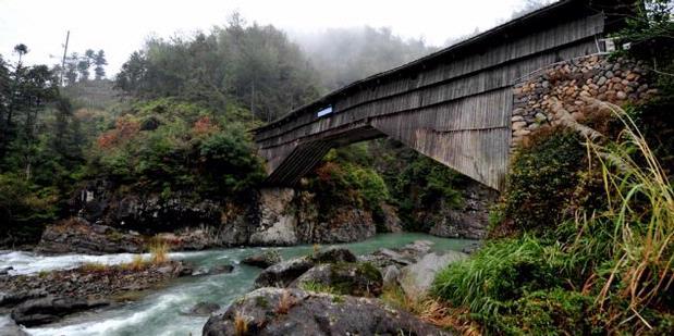 Jembatan Kayu Berusia 1000 Tahun di Cina Masih Kokoh Berdiri