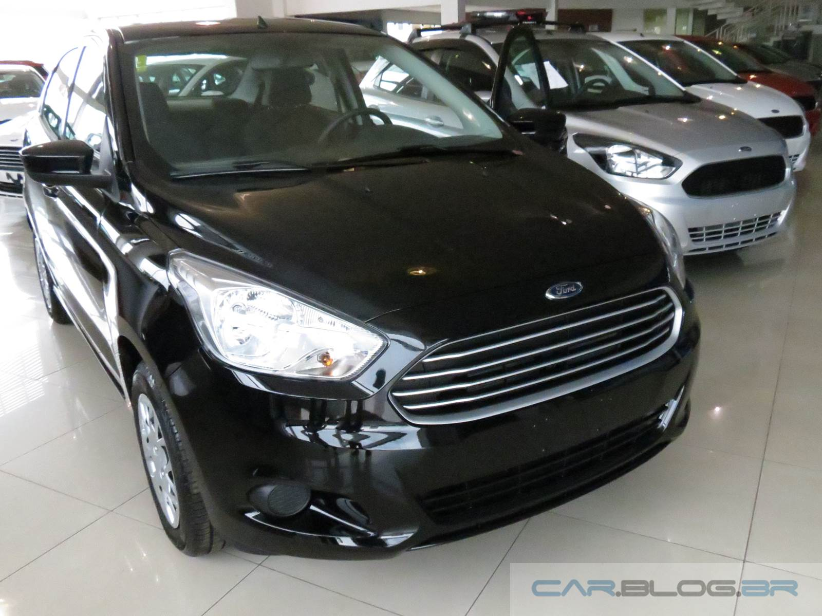 motor 1.5, o Ford Ka+ Sedan SE 1.5, que é o carro preto das imagens
