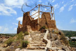 Vista del núcleo principal desde el primer recinto, con el acceso acondicionado por la escuela taller Pórtico de la Alpujarra