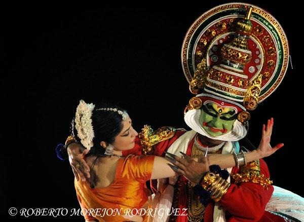 Kathakali, danza de la región de Kerala, en el espectáculo Nrityarupa, selección de bailes folclóricos y clásicos hindúes, durante la inauguración oficial del Festival de la Cultura India, en el teatro Mella, en La Habana, Cuba, el 29 de octubre de 2013.
