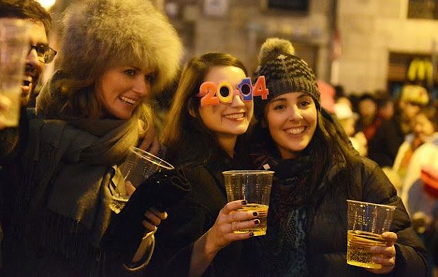 Девушки поднимают праздничные бокалы в Мадриде.
