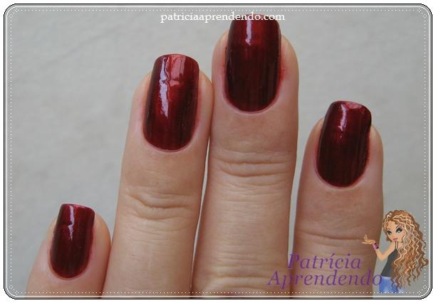 Vermelho cintilante coberto com misturinha escurecedora.