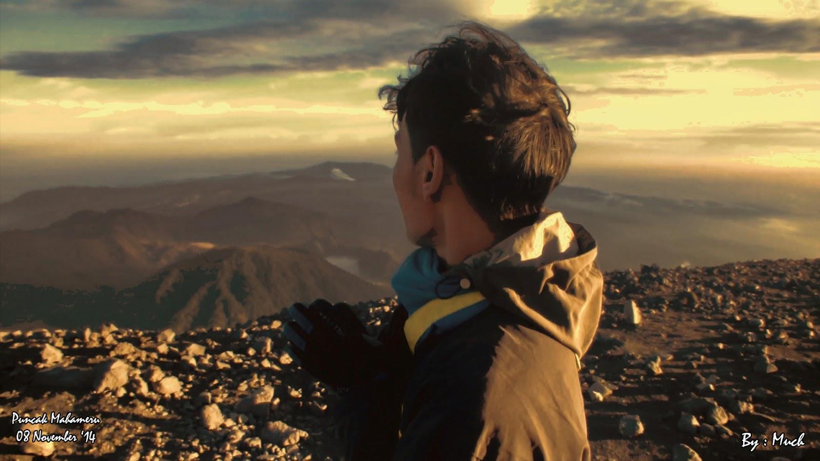 Suasana Puncak Mahameru Gunung Semeru