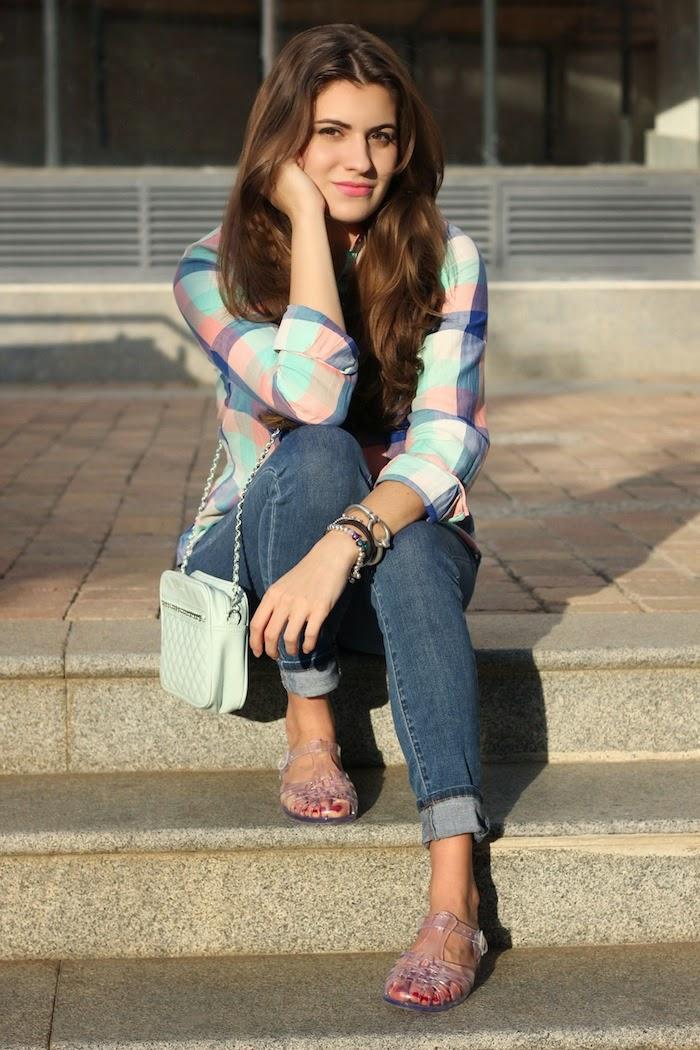cangrejeras_goma_plástico_zapatillas_zapatos_transparente_transparent_sandals_look_outfit_camisa_cuadros_pastel_streetstyle_angicupcakes01