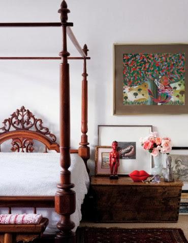 Sypialnia udekorowana dziełami sztuki i oryginalnymi meblami