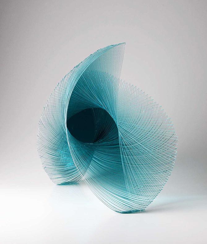 Artista Niyoko Ikuta utiliza capas de hoja de vidrio laminado para crear esculturas geométrica en espiral