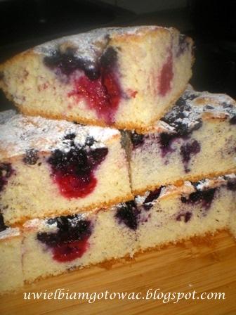 Ciasto biszkoptowe z malinami i jagodami