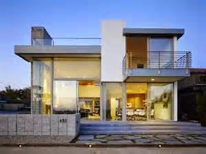 Gaya bangunan dengan ukiran rumit yang mengelilingi jelas tidak hanya membuat orang yang melihatnya kagum, namun juga menambah kekokohan dan memberi nilai plus pada kemewahan rumah itu sendiri.