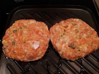 Hamburguesa de salmón con salsa de pepino