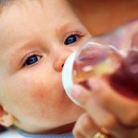 هل يمكن الرضيع أن يشرب عصير الفاكهة؟