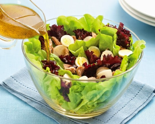 receita-de-salada-de-atum-azeitonas-pretas-batata-bolinha-vagem-ovo-cozido-e-folhas-verdes-com-molho-citrico