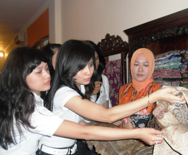 Candidates of Miss Indonesia 2011 form Riau learn their own culture and value, Batik Tabir which is the origin of Indonesian attire form Riau in Rani Butique Gallery