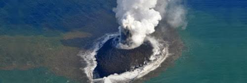 Vulcão cria pequena ilha no Japão