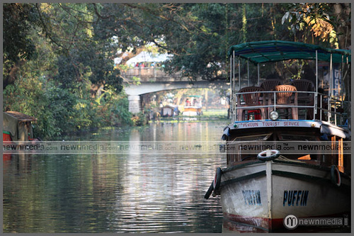 enjoy house boat life in Alappuzha. tourism kerala