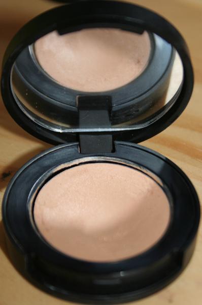 De la crème la protection contre le soleil et contre les taches de pigment