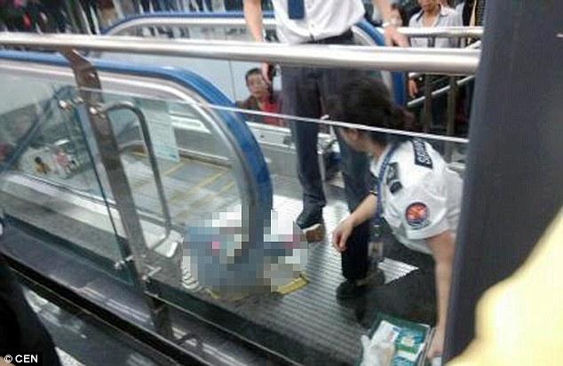 [Gambar] Kanak-Kanak Maut Terpelosok di Pemegang Tangan Eskalator