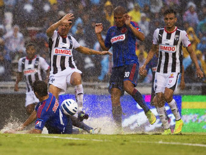 Acción del partido entre Monterrey y Chivas donde se ven las condiciones del campo.