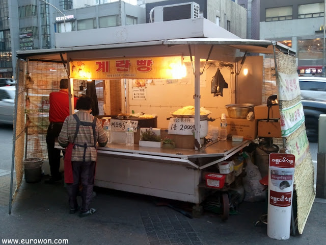 Un típico puesto callejero de gyeran-ppang en Seúl