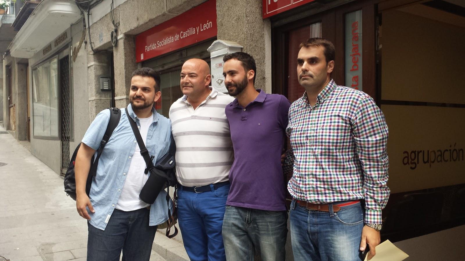 Alberto Sotillos Junto a parte de su equipo y el secretario general de los socialistas bejaranos