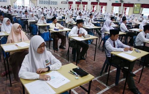 KOLEKSI SOALAN PEPERIKSAAN PERCUBAAN BAHASA MELAYU SPM 2016 SE-MALAYSIA