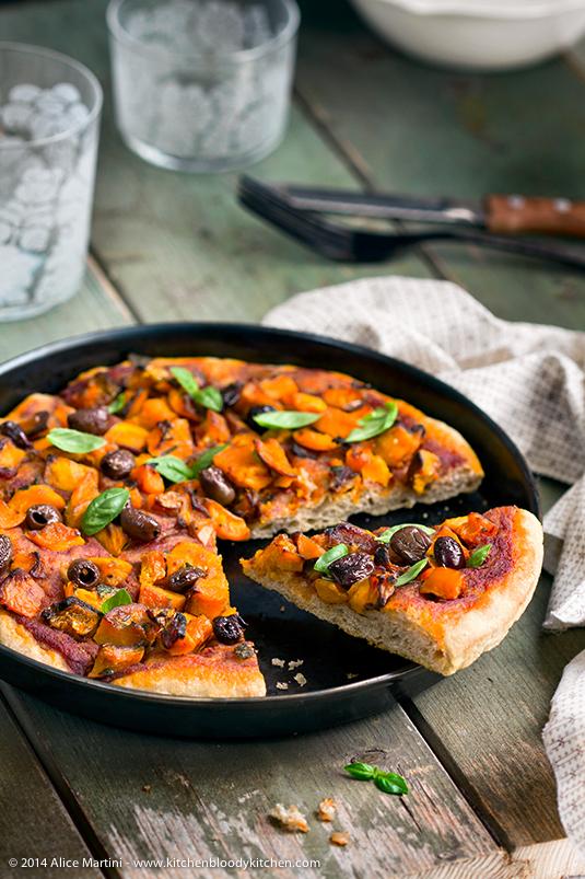 Pizza in teglia al farro con zucca e olive taggiasche
