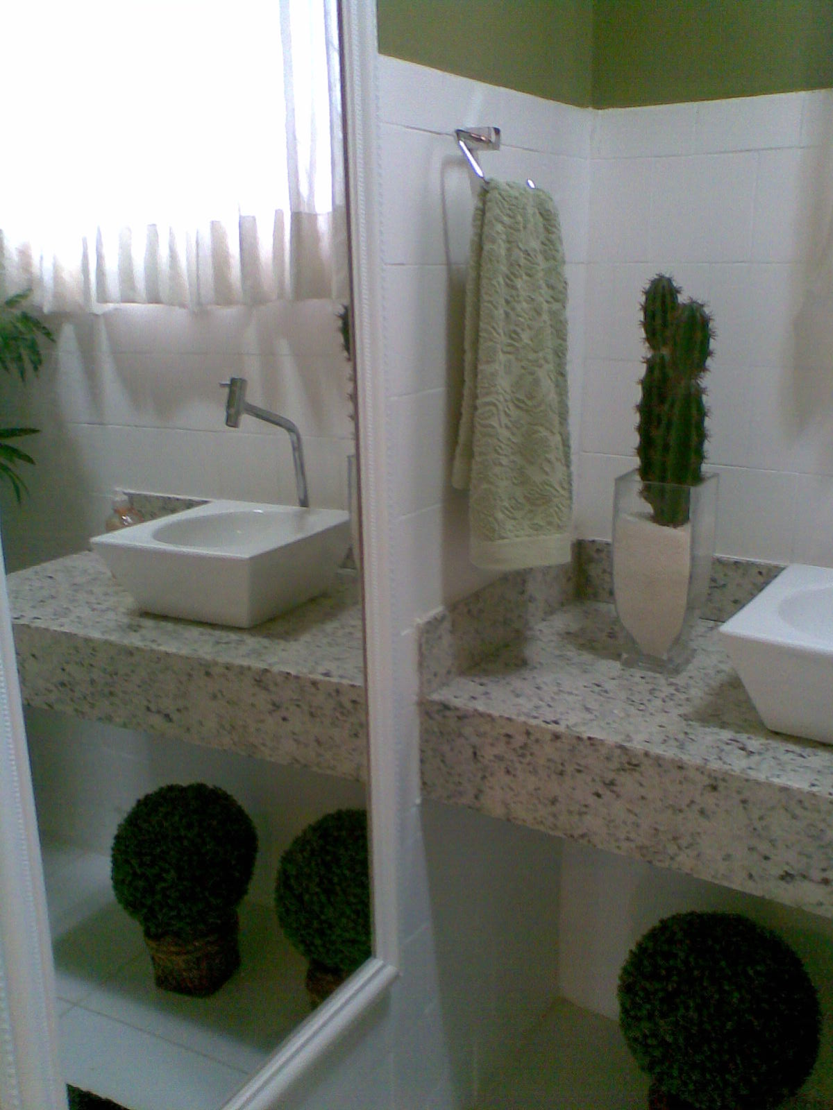Os acessórios completaram o visual. O espelho retrô assume a  #4D593C 1200x1600 Acessorios Banheiro Retro